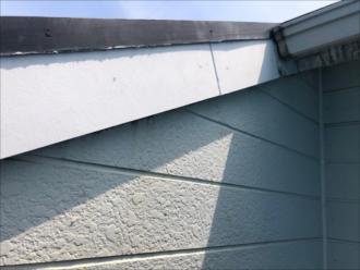 新たに設置する破風板はケイカル板を使用。目地にはコーキングを打ちこの後外壁塗装と同様に下塗り、仕上げ二回塗りを行いました