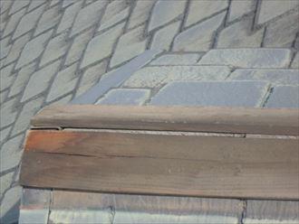 浮きや飛散のない棟板金に使用されている軒板も傷んでいた