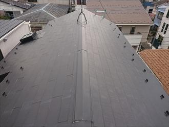 藤沢市善行にて雨漏りしている屋根をスーパーガルテクト(モスグリーン)を用いた屋根カバー工事で改善