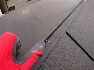 大きく抜けた棟板金を固定している釘