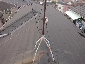 谷もあり屋根材にはテレビ用アンテナの錆も落ちている様子