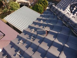 漆喰調査で屋根にあがっているとめくれている瓦も発見