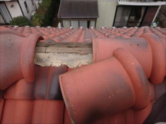 大和市中央にてセラマウントで葺かれた屋根調査、心木が腐食してしまうと棟瓦が固定できなくなります