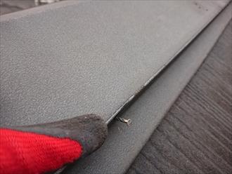 釘の浮きも確認でき、スレートと板金の両方修繕が必要な状態です。下地に水が回っていなければカバー工事、水がまわってカビてしまっていたら葺き替え工事が賢明です
