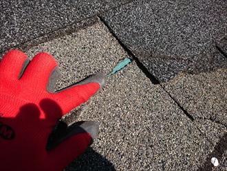藤沢市白旗にて強風被害により屋根材が飛散した事による屋根補修工事の為にシングル葺き屋根調査、風災の項目があれば火災保険の申請が可能です