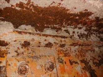 座間市栗原にて築30年経過したアパートにて雨漏り発生、原因は防水層のひび割れと排水ドレン