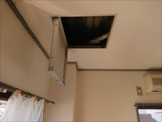 ちょうど室内に点検口がありましたが、実はこちらは何度も雨漏りしていて、後付けでつけた点検口でした