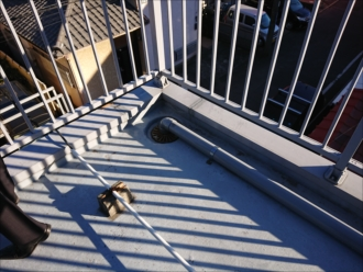 陸屋根の屋上には防水施工がされていますが、トップコートで保護ができていないと防水層が破壊されてしまい雨漏りに繋がります