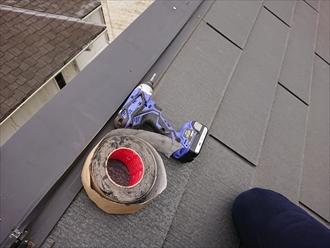 屋根の上に防水テープとインパクトドライバー。今回はこのセットで養生をしておきます。