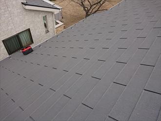 片流れ屋根の場合はブルーシートを使ってしまうと風の影響を受けてしまい飛散することもある為に、交換すると決まった後の為にめくれた板金をなんとか戻してビスで固定し防水テープで保護します