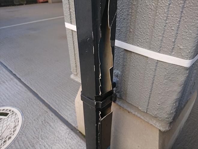 藤沢市打戻にてガレージに設置されている雨樋が車にぶつけられ破損、部分交換にて対応可能です