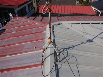 あがってすぐに違和感を覚えた部分的に屋根材だけ交換された瓦棒葺き屋根