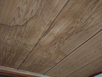錆が出ている真下の部屋を確認すると年輪のように天井に雨染みがありました