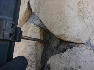 デンデンが打ち込まれていますが、それが外壁に固定できなくなり抜けてしまっており、たたいてもきちんと収まりません
