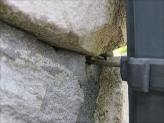 この竪樋がズレた原因は壁に打ち込まれた支持金具が全て壁に固定できていないせいでした