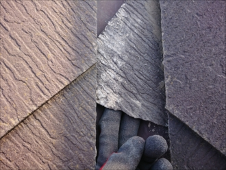 茅ヶ崎市甘沼にてコロニアルNEOで葺かれていた屋根調査、クラックや割れが必ず出る屋根には塗装はできません