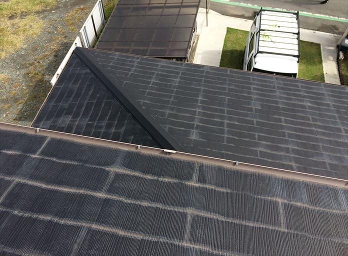 過去に塗装されたスレート屋根を調査