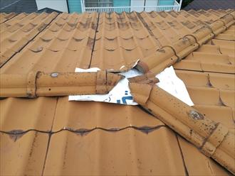 横浜市金沢区富岡西にて波型スレート瓦の棟補修工事の様子