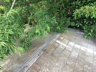 大和市南林間にて棟板金が無くなったままにすると、雨漏りで野地板や天井に染みが出来ます