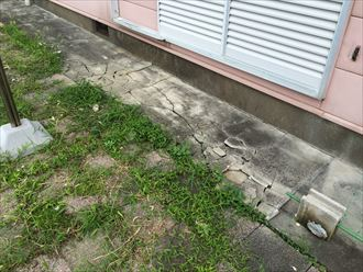 雨樋からも水漏れが続くことで地面が割れてしまった