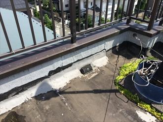 寒川町岡田で調査した陸屋根は防水層が傷みすぎて雨漏り発生箇所が分からない状態でした