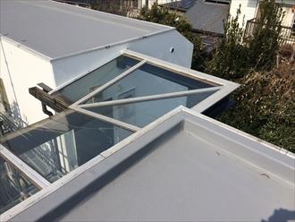 アパート通路の上にあるガラス製の屋根