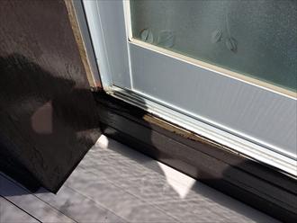 窓の木枠が壊れている