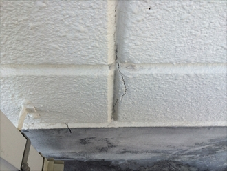 外壁クラックは防水層の裏を通って雨漏りする可能性があります