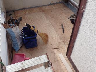 厚木市下荻野 バルコニー床の防水工事 下地用の木材設置