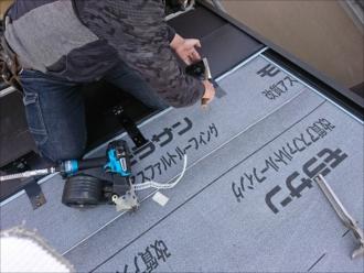 軒先から葺き始め、途中で雪止め金具を設置