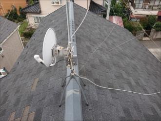強風でちぎれて飛散してしまったシングル材が使われた屋根