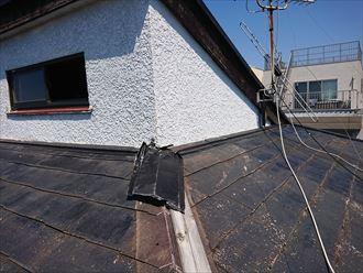 見るからに古くなったスレート屋根
