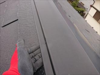 棟板金も横から手が入り込むほど隙間は出来ていますが、こちらも今すぐ工事しないと雨漏りするというわけではありません。もちろん長苑放置するとこちらも雨漏りの原因となります