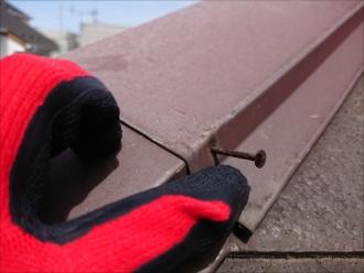 逗子市久木にて訪問業者に指摘されたスレート屋根の棟板金は今にも飛散しそうな状態でした