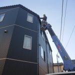 伊勢原市見附島にて3階建ての屋根への雪止め金具設置と雨樋修理を高所作業車で実施