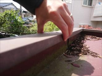 原因はおそらく雨水が流れずにたまった結果、笠木板金との隙間から庇内部に雨水が入り込み腐食させていたと思われます