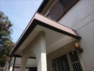 玄関上の庇、板金が被せてあり立ち上がりには笠木が設置されています