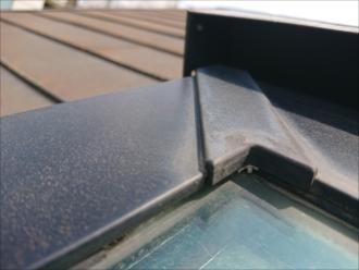 枠とガラスの間にはゴム製のパッキンが入っている事が多く、メンテナンスをしていないトップライトの多くはそれらが劣化し隙間が出来ています