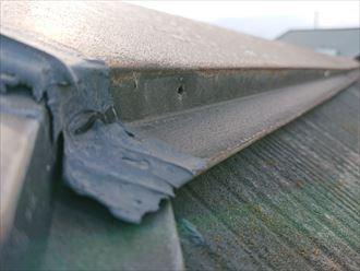 棟板金を固定している釘が抜けて無くなっている
