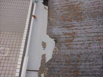 軒先のスレートは雨水を吸いすぎて破損しています