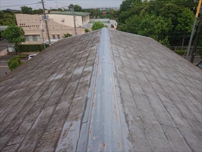 ぎりぎりスレート屋根の使用が許される3寸勾配の屋根。雨水が屋根全体に染み入っています