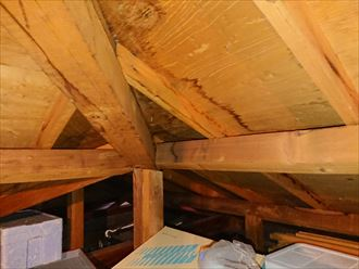 綺麗なスレート屋根の裏側は雨漏りしておりました