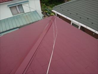塗装してまだ数年のスレート屋根の様子