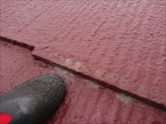 縁切りがされていなく、小口が水を吸ってしまい表面にスレートの素地が出てしまっている様子