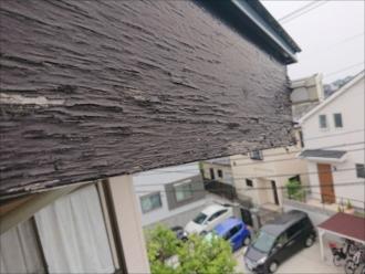 ちょうど穴が開いている所の外側の破風板の様子。雨水を吸い込みすぎて内部へ侵入し、一番端である軒天に雨水が溜まりやすくなった結果、腐食して穴が開いたと思われます