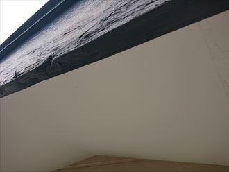 塗膜が傷んで剥がれかかっている破風板