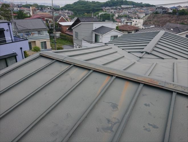 瓦棒葺きは心木からの雨水の吸い込みで屋根材が広く飛散する可能性があります。早めのメンテナンスがお勧めです