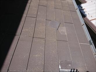 何やらトップライトの奥に屋根材が割れている所があります