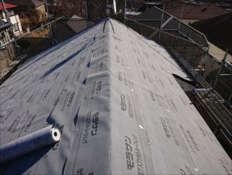 防水紙は基本最後は棟をまたぐようにして設置して終了です