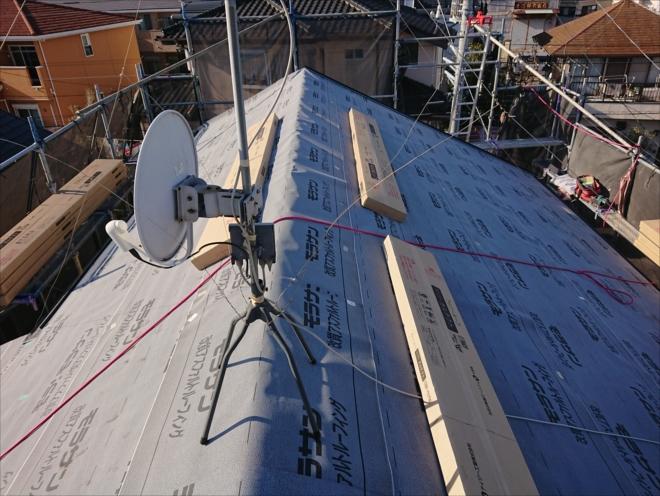 いよいよ本葺き開始です。スーパーガルテクトを屋根に上げます